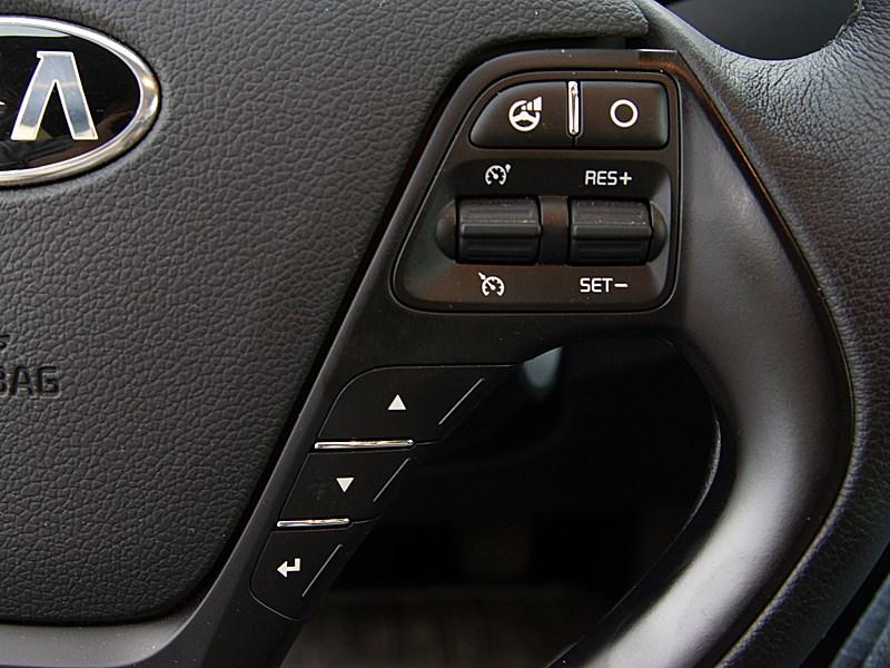 Kia cee'd 2012 хэтчбек кнопки на рулевом колесе справа