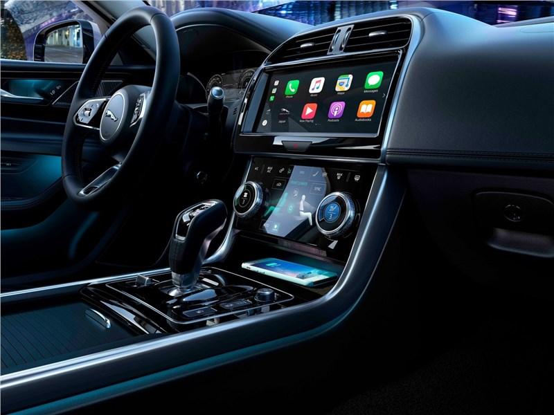 Jaguar XE 2020 центральный туннель