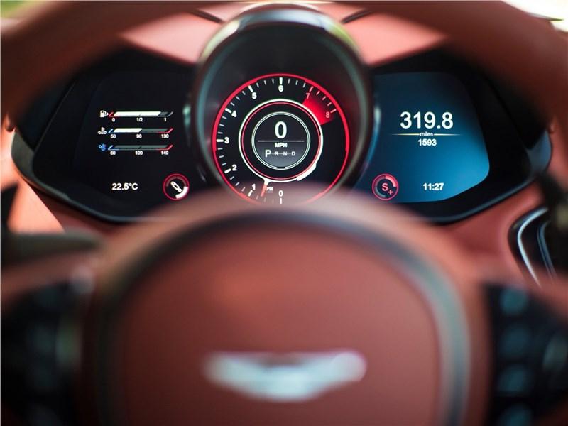 Aston Martin DBS 2019 приборная панель
