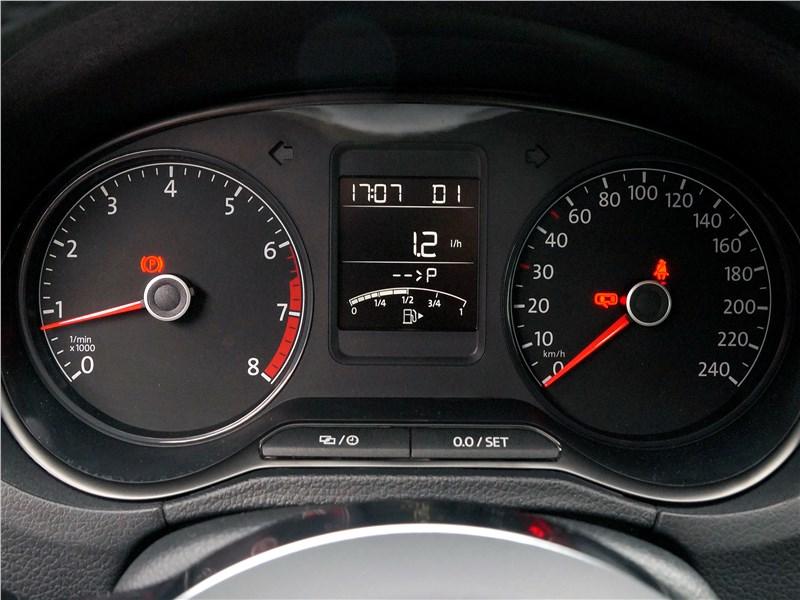 Volkswagen Polo Sedan 2016 приборная панель