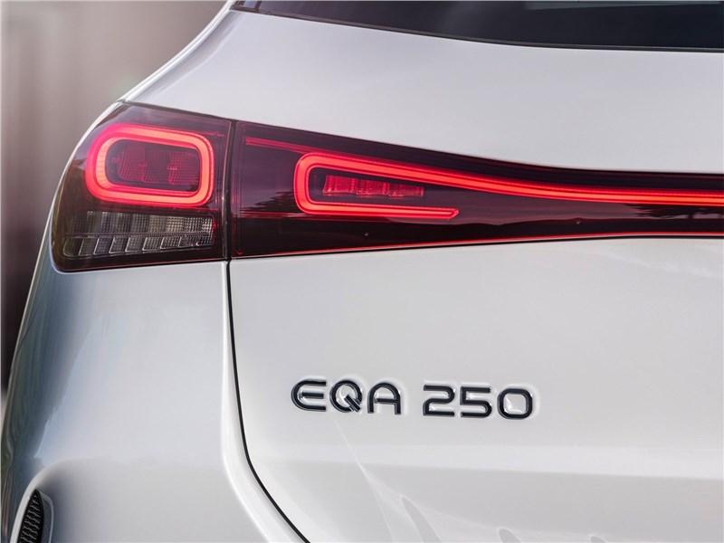 Mercedes-Benz EQA (2022) задний фонарь