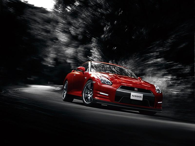 Nissan GTR 2013 вид спереди на трассе