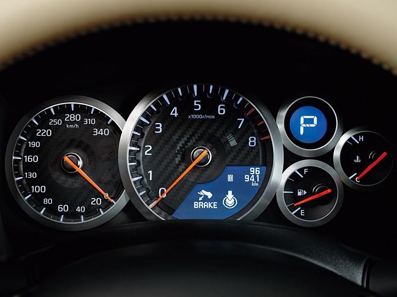 Nissan GTR 2013 приборная панель