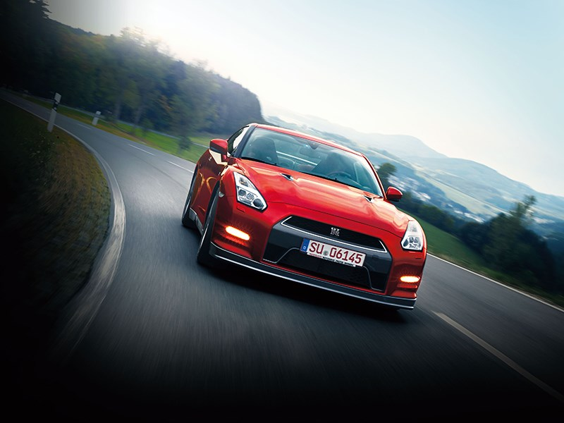 Nissan GTR 2013 вид спереди на трассе 2