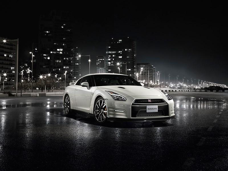 Nissan GTR 2013 вид спереди белая