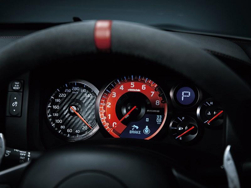 Nissan GTR Nismo 2013 приборная панель