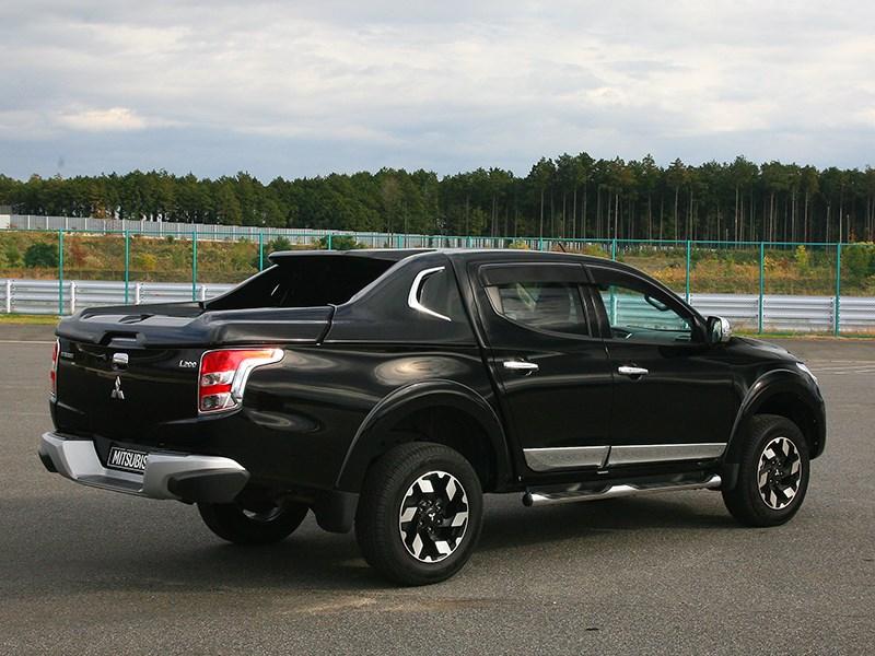 Mitsubishi L200 2015 виз сзади сбоку