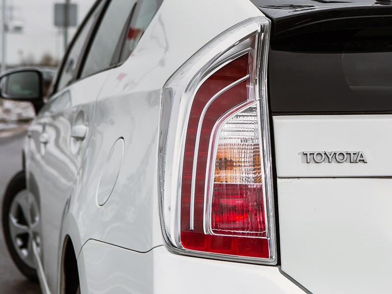 Toyota Prius 2015 задний фонарь