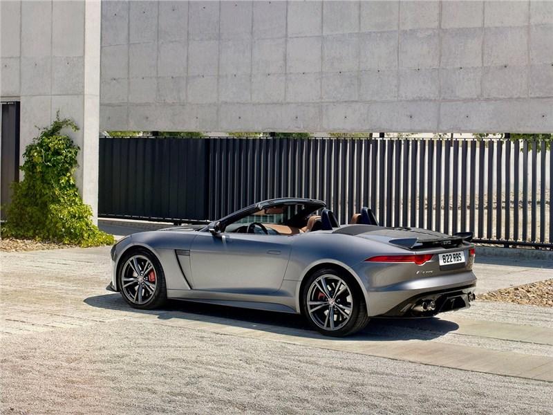 Jaguar F-Type SVR 2016 вид сбоку сзади