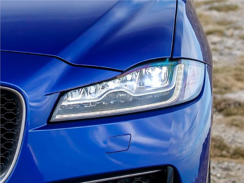 Jaguar F-Pace 2016 передняя фара