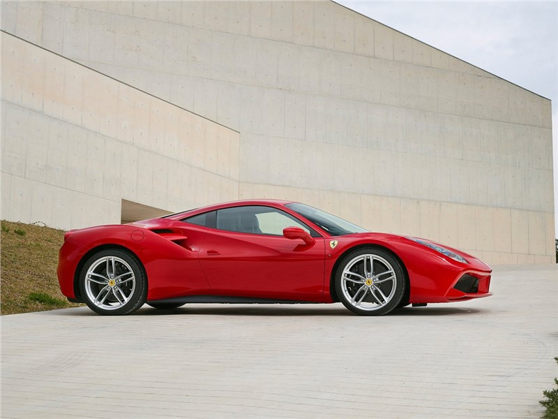 Ferrari 488 GTB 2016 вид сбоку
