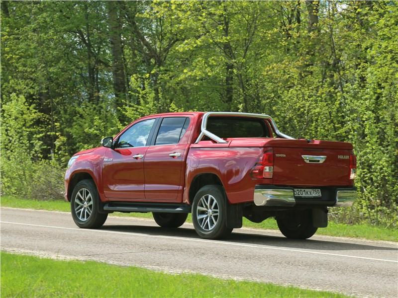 Toyota HiLux 2016 вид сзади на шоссе