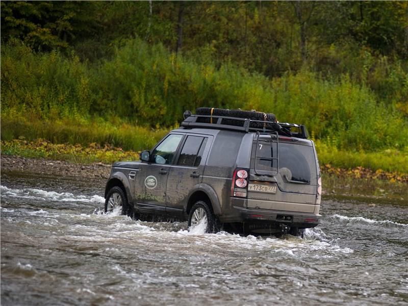 Экспедиционные автомобили Land Rover уверенно преодолели реку Чусовую