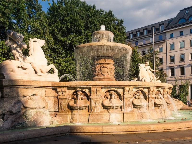 …и изящные фонтаны в тенистых парках