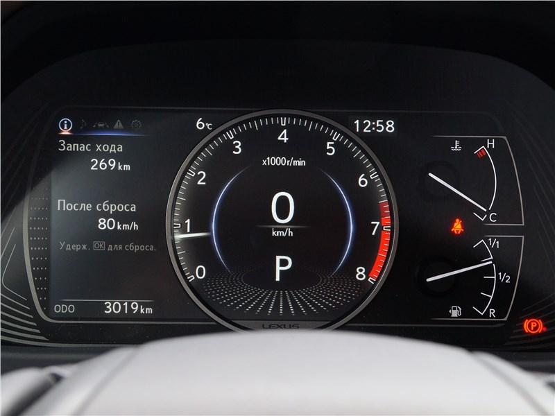 Lexus UX 200 2019 приборная панель