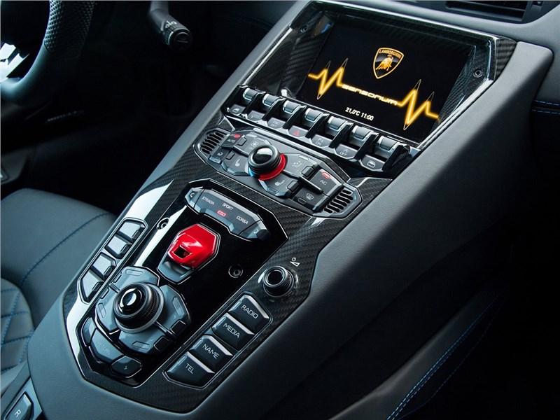 Lamborghini Aventador S 2017 центральная консоль