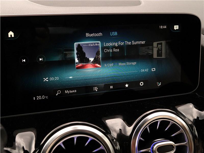 Mercedes-Benz B-Class 2019 центральный дисплей