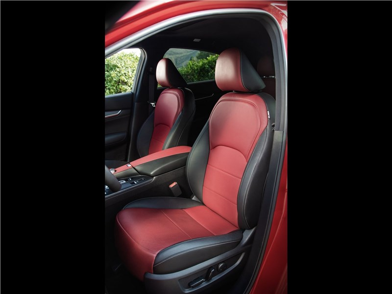 Infiniti QX55 (2022) передние кресла