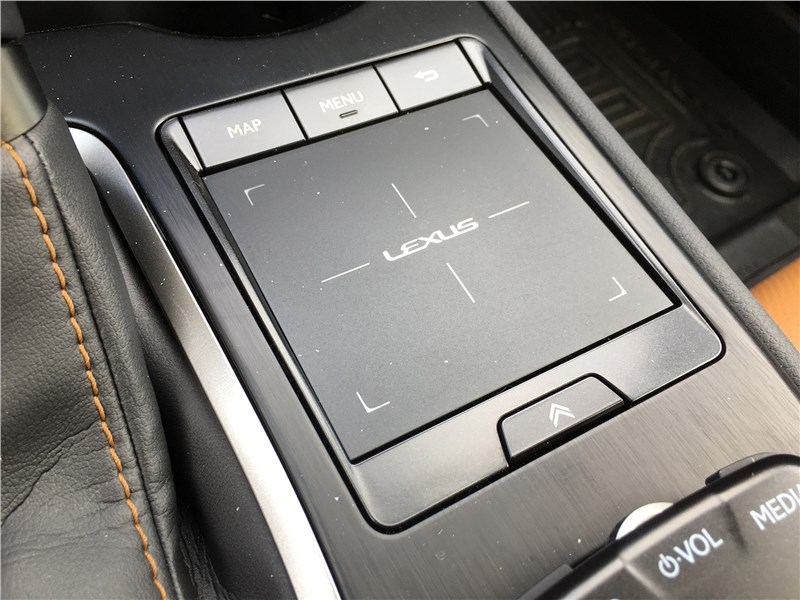 Lexus UX 250H (2019) трекпад