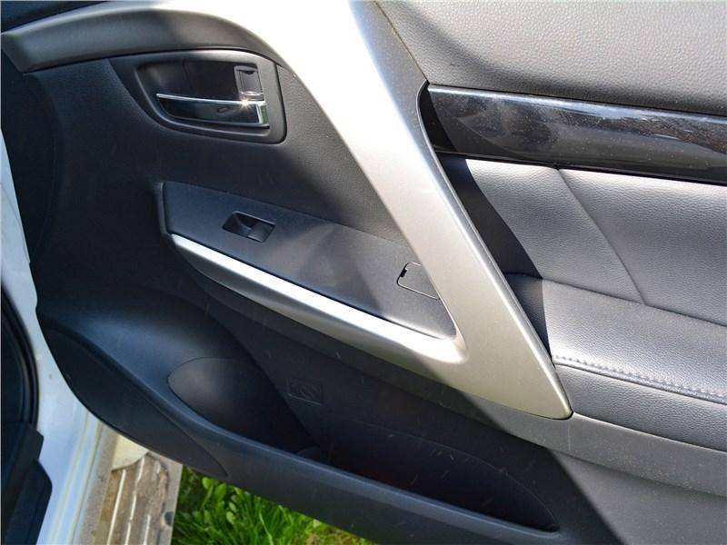 Mitsubishi Pajero Sport (2020) дверная панель