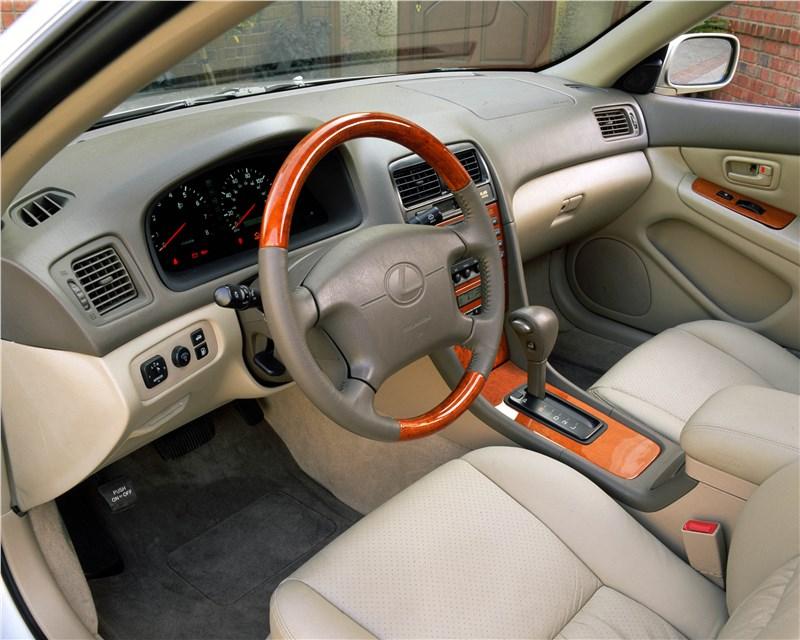 Lexus ES300 2001 имел отделку салона с применением дерева и кожи