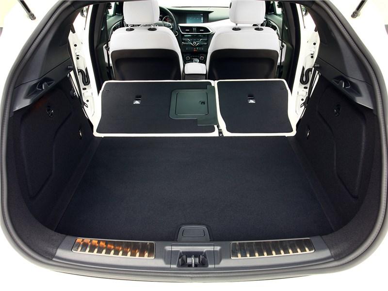 Infiniti Q30 2016 багажное отделение