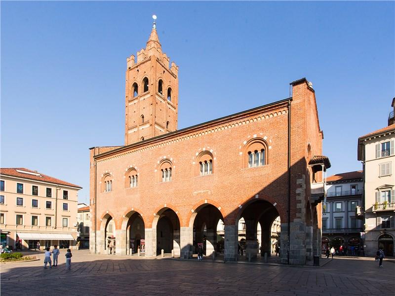 В архитектуре Монцы, как нигде в Италии, сильны французские мотивы. Что придает ей особый шарм