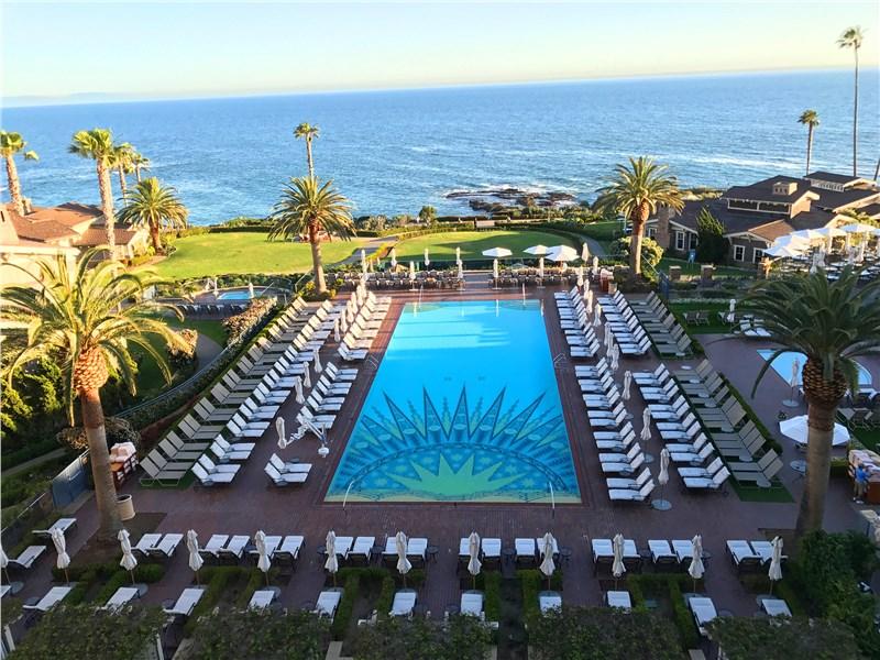 Любой приличный отель на побережье имеет изумительный бассейн с видом на Атлантику