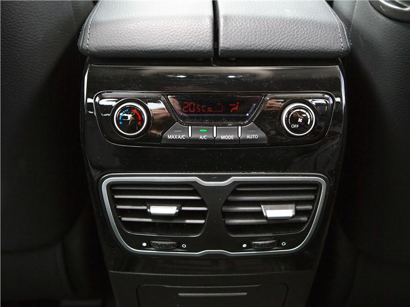 Geely Emgrand GT 2017 климат для второго ряда