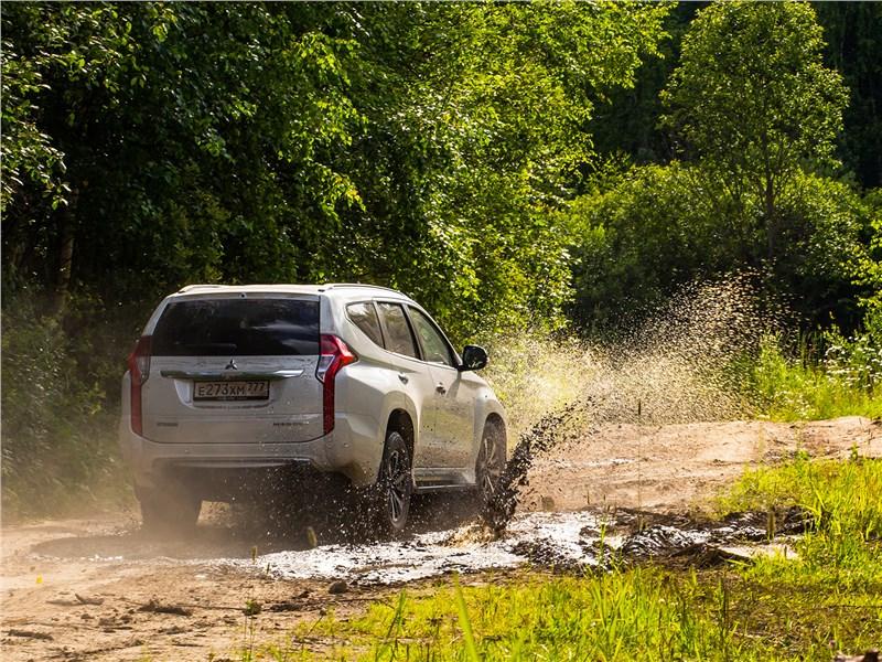 Mitsubishi Pajero Sport 2017 вид сзади