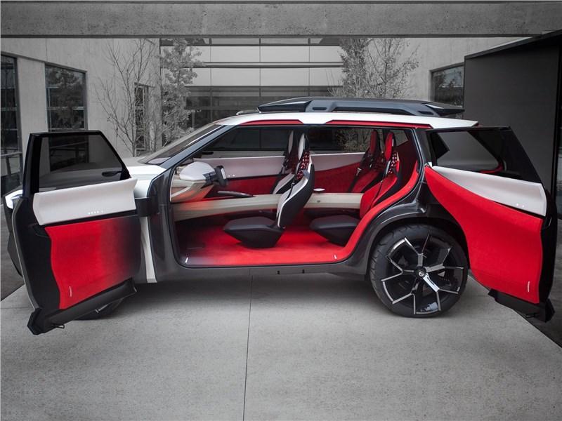 Nissan Xmotion Concept 2018 вид сбоку с открытыми дверями