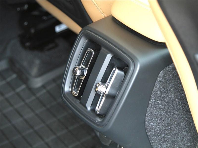 Volvo XC40 2018 воздуховод