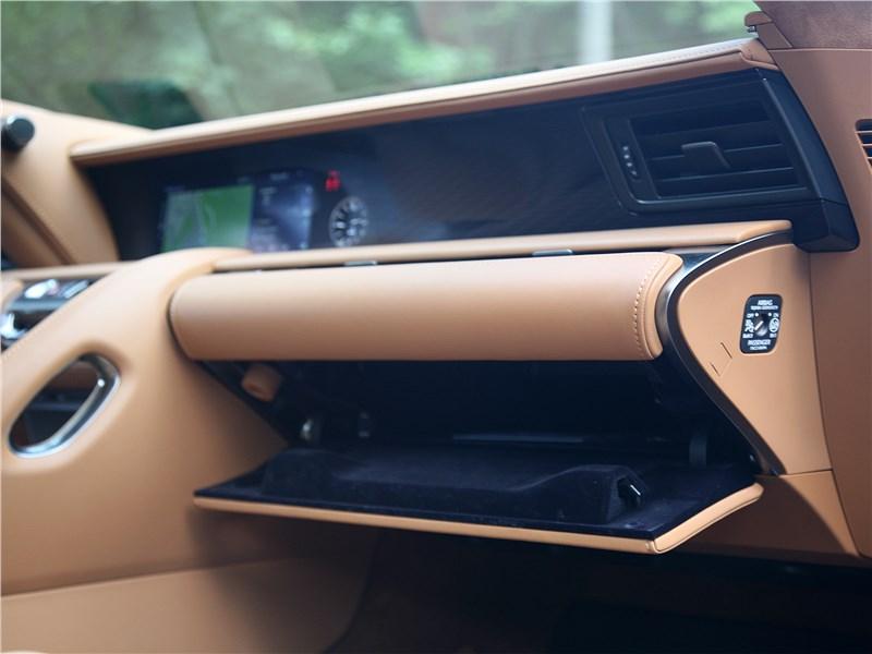 Lexus LC 500 2018 перчаточный ящик