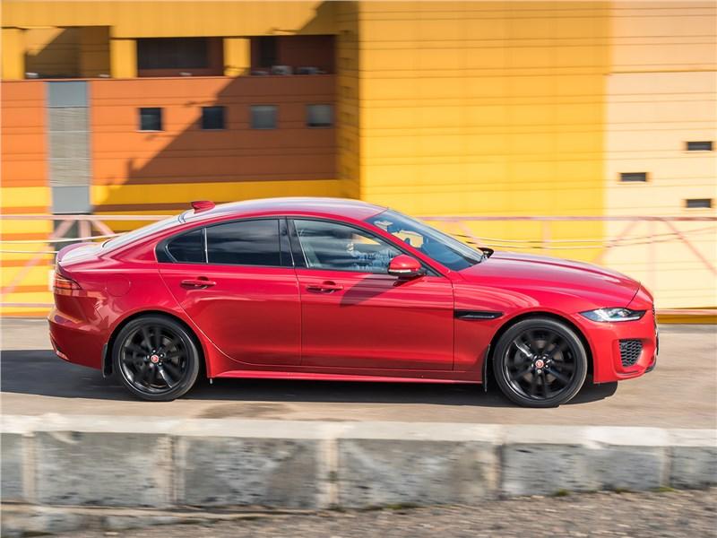 Jaguar XE P250 2020 вид сбоку