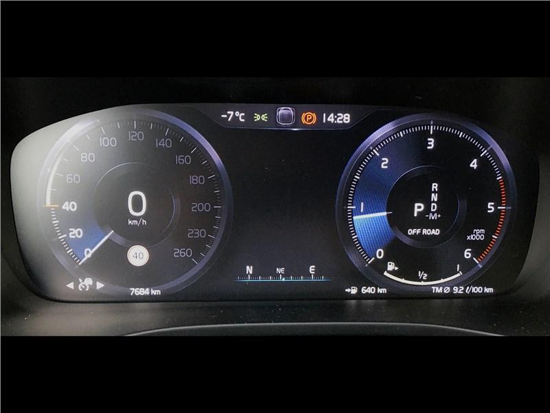 Volvo XC40 (2018) приборная панель