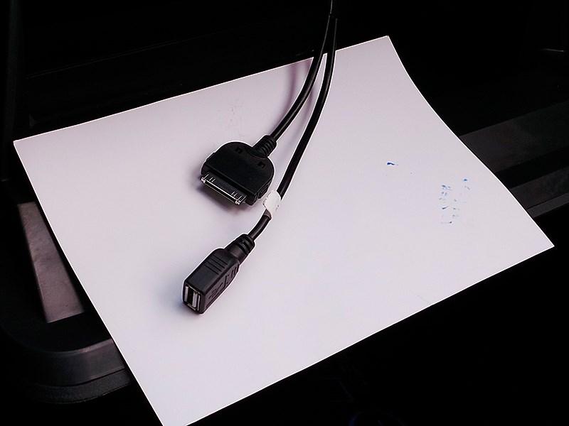 Lifan Celliya 2014 два провода, один с входом USB, другой с разъемом для подключения iPhone