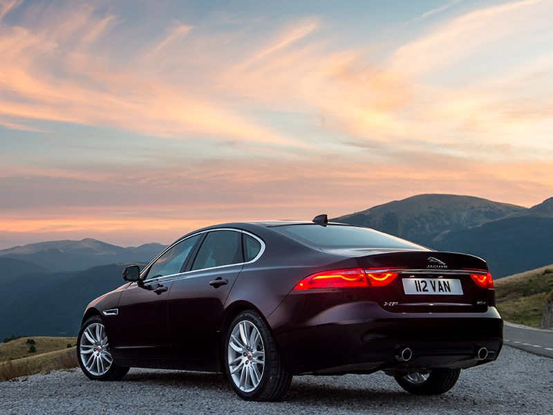 Jaguar XF 2016 вид сзади