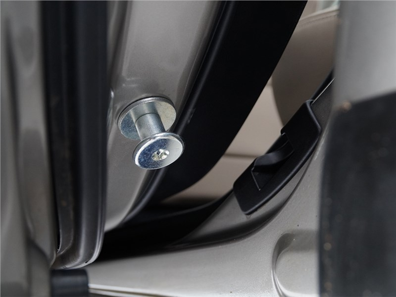 Subaru Outback 2015 штифты на задних дверях