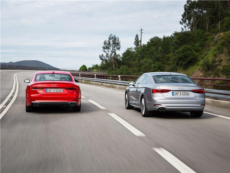 Audi S5 2017 вид сзади на дороге