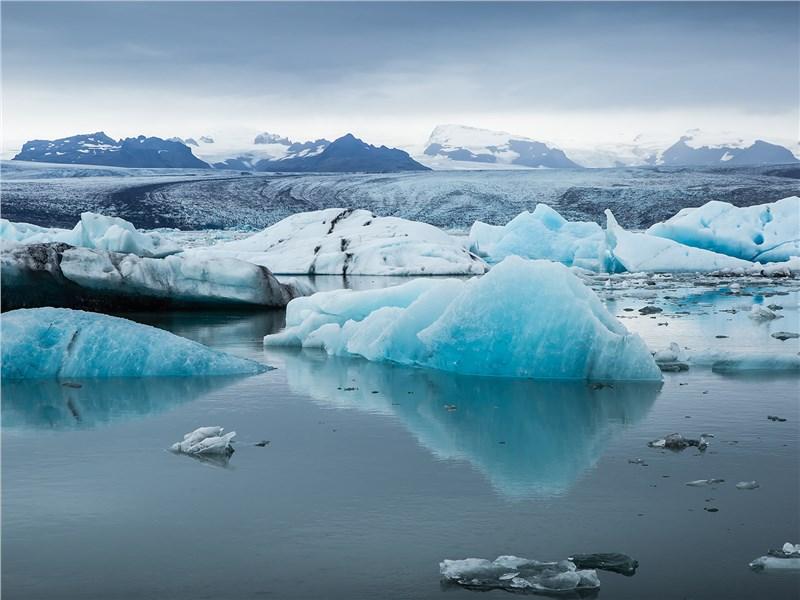 Лед в ледниках имеет яркий голубой оттенок