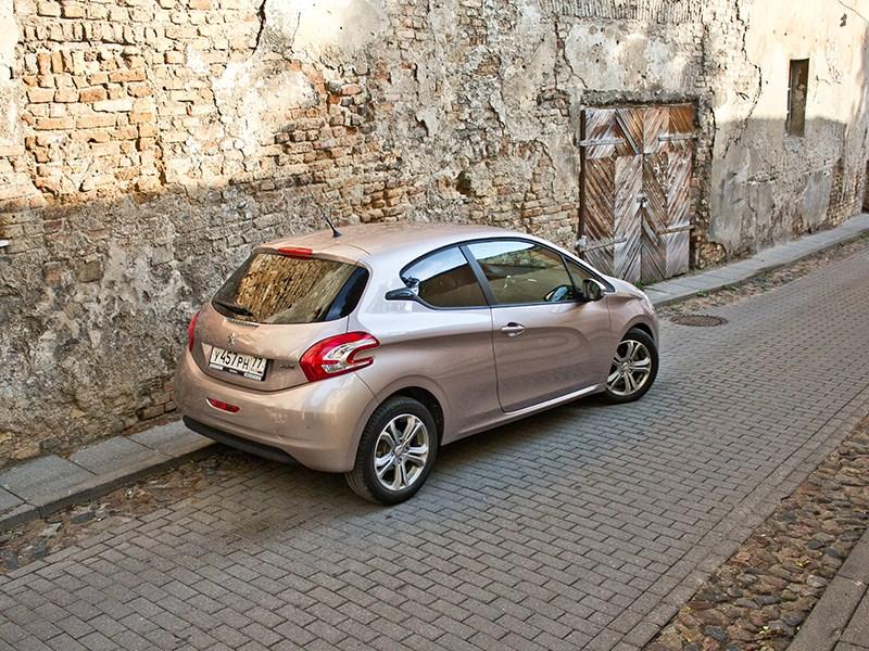 Peugeot 208 2013 вид сзади