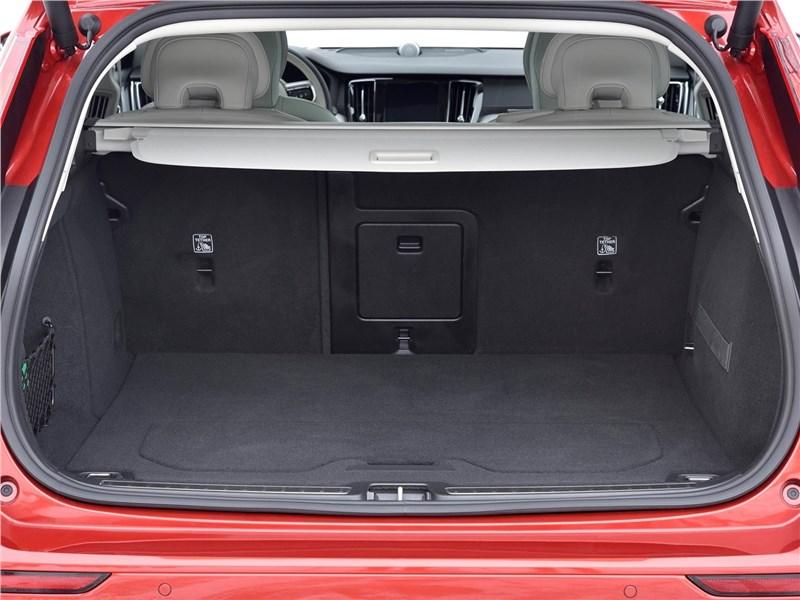 Volvo V60 Cross Country 2019 багажное отделение