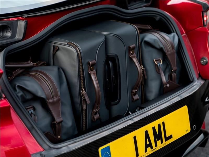 Aston Martin DBS 2019 багажное отделение