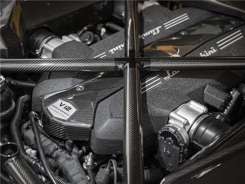 Lamborghini Aventador S 2017 моторный отсек