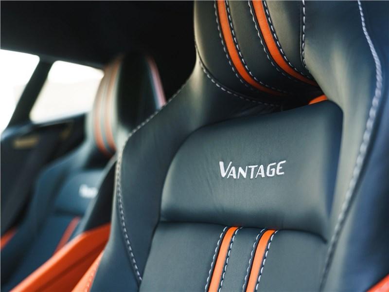Aston Martin Vantage 2019 передние кресла