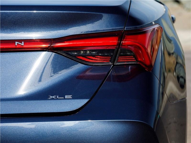 Toyota Avalon (2019) задний фонарь