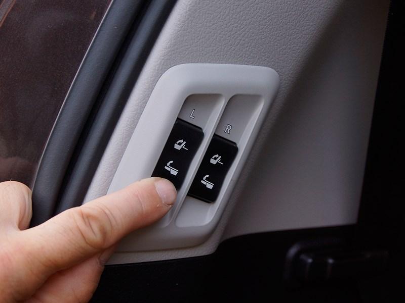 Lexus GX 460 2014 клавиши управления складыванием и раскладыванием кресел третьего ряда