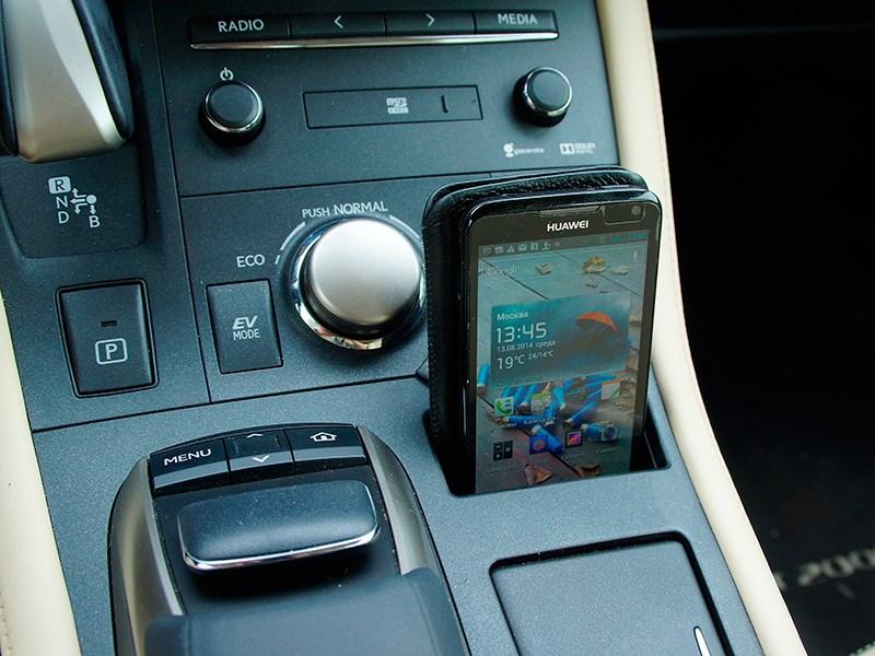 Lexus CT 200h 2014 «гнездышко» для мобильного телефона