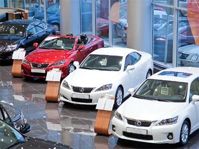 Автодилеры впервые начали приостанавливать продажи автомобилей из-за падения рубля