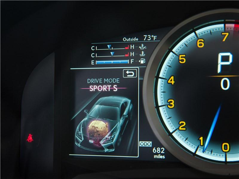 Lexus RC F 2015 приборная панель
